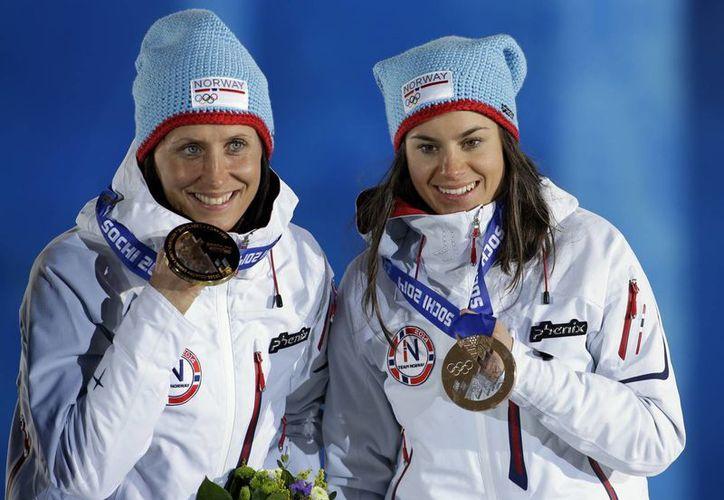 Marit Bjoergen y Heidi Weng muestran las medallas obtenidas en la prueba de Cross Country. (Foto: Agencias)