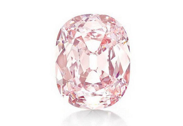 Fotografía cedida del diamante rosa subastado este 16 de abril por 39.3 mdd, por la casa Christie's en Nueva York. (EFE)