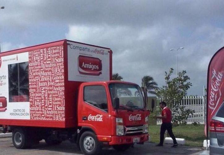 El camión personalizador de latas de Coca Cola en instalaciones del Instituto Tecnológico Superior de Progreso. (Óscar Pérez/SIPSE)