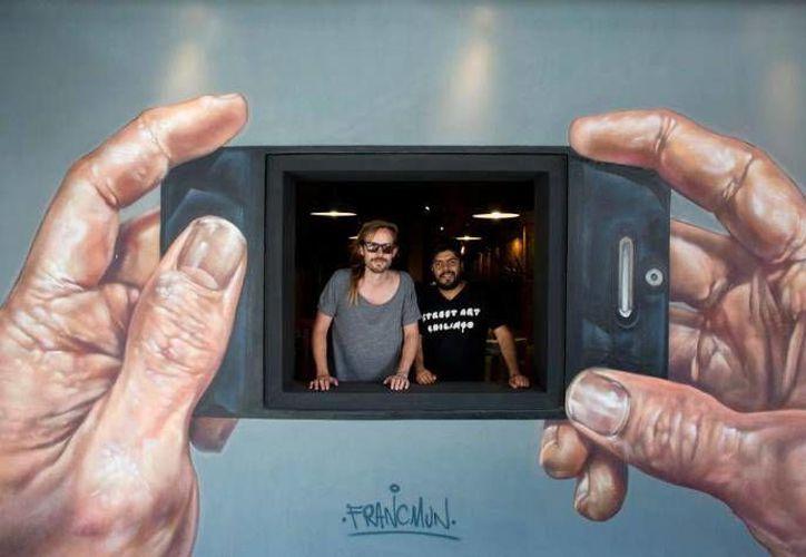 """Jenaro de Rosenzweig (i) y Alejandro Revilla, fundadores del colectivo """"Street Art Chilango"""" el cual se ha encargado de llevar el arte a las calles de la Ciudad de México y difundirlo por medio de las redes sociales. (AP)"""