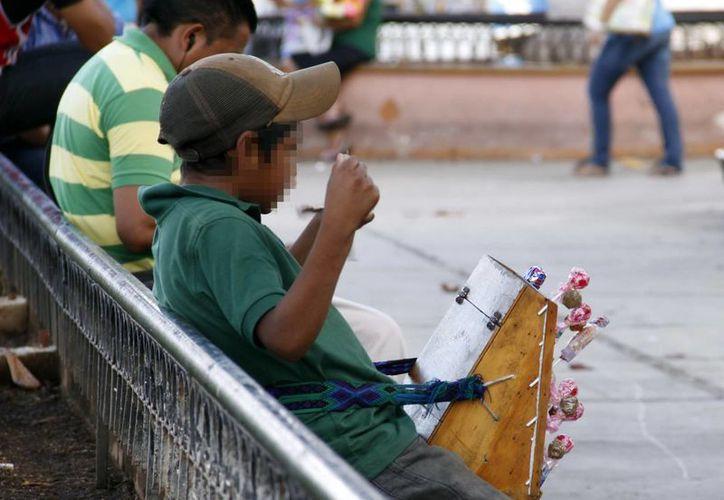 Cientos de niños y adolescentes trabajan en el Centro de Mérida y y el Paseo de Montejo. Imagen de un menor que vende cigarros en la Plaza Grande. (Milenio Novedades)
