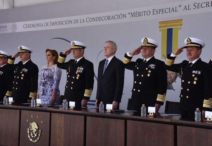 El secretario de Marina estadunidense, Raymond Mabus, realizó una visita oficial a México para reunirse con su contraparte Vidal Soberón, de quien recibió la Condecoración al Mérito Especial. (twitter.com/ruizmassieu)