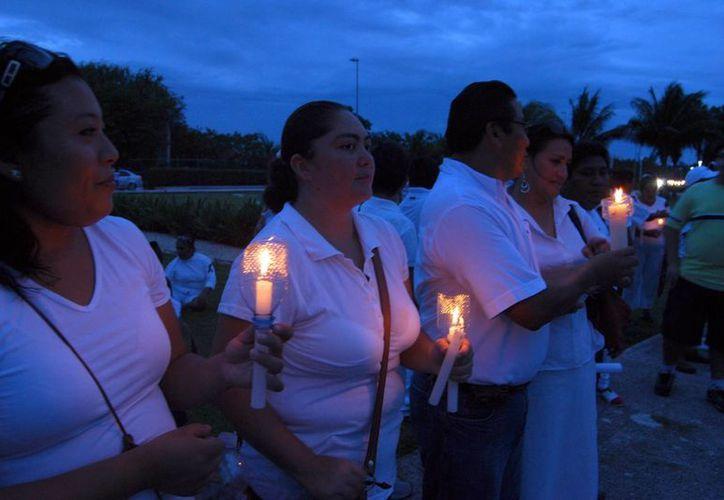 Los docentes colocaron velas en señal de luto. (Tomás Álvarez/SIPSE)