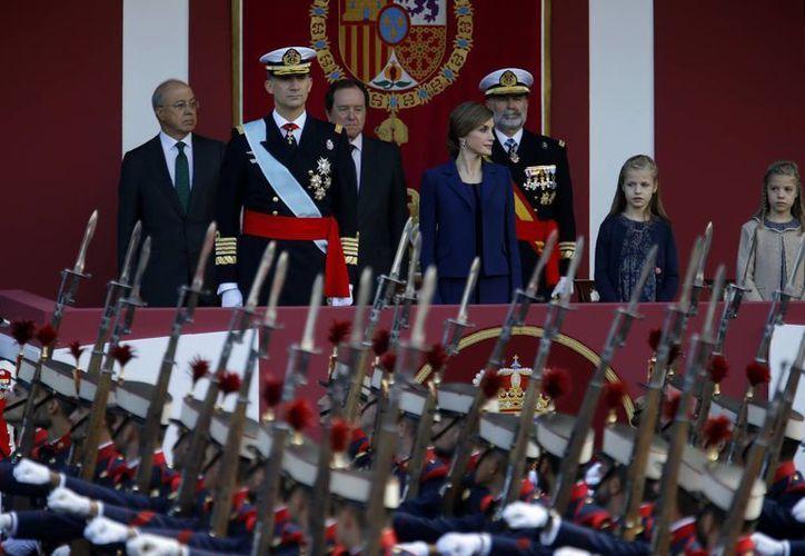 El rey Felipe VI, la reina Letizia y sus hijas durante el desfile militar que España realiza cada año para conmemorar el Día de la Hispanidad. (AP)