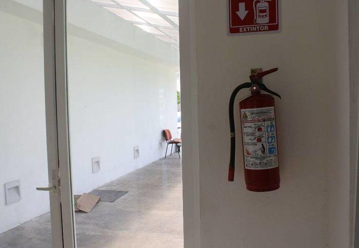 El edificio apenas y cuenta con cinco extintores llenos. (Harold Alcocer/SIPSE)