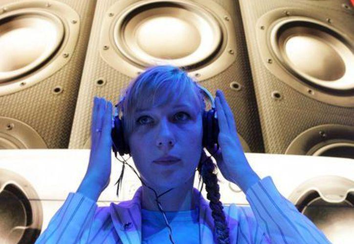 Una mujer escucha música en formato mp3 en la feria internacional de tecnología y comunicaciones IFA (Internationale Funkausstellung) en Berlín. (Archivo/EFE)