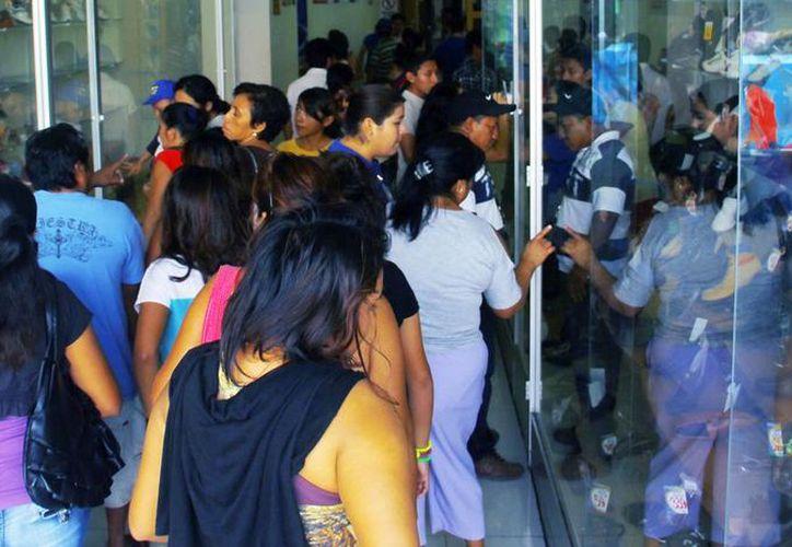 Ayer domingo, desde temprano, los negocios del centro de Mérida lucieron abarrotados de compradores. (Milenio Novedades)