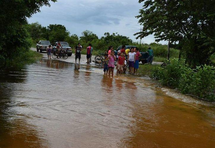 En comunidades como Andrés Quintana Roo, donde el cruce de agua dificultó el paso, se mantendrá el monitoreo permanente. (Javier Ortiz/SIPSE)
