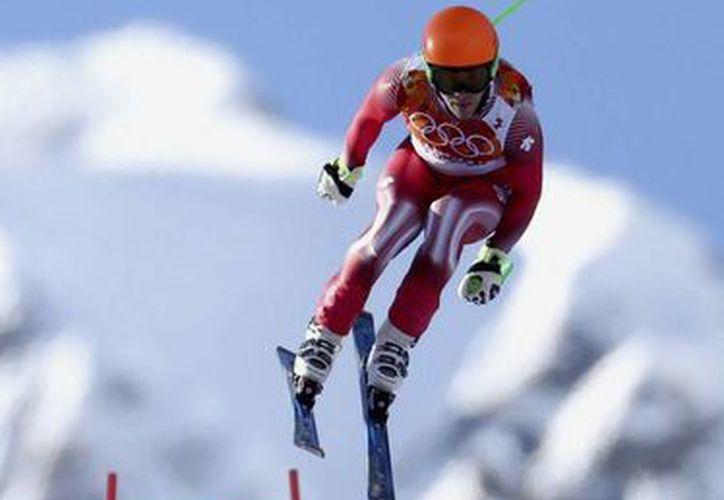 El suizo Sandro Viletta durante la competición en la prueba de descenso de la supercombinada de esquí alpino de los Juegos de Sochi. (EFE)