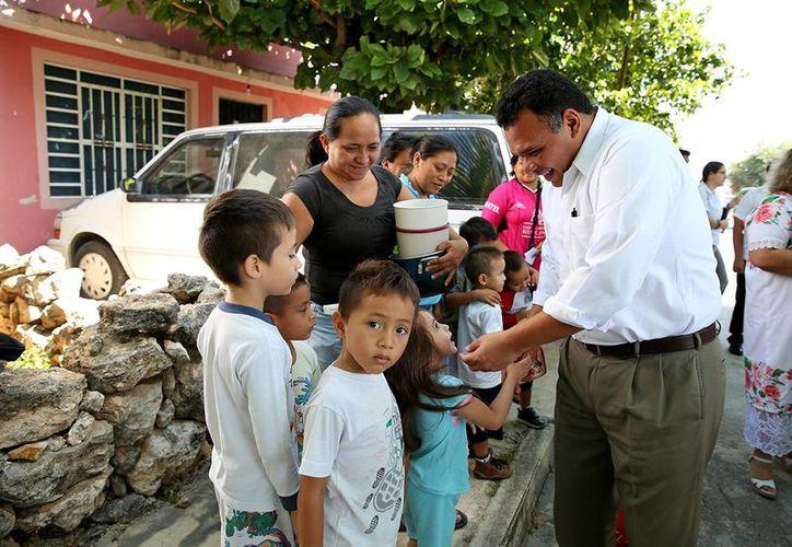 Entre sus actividades de ayer, el gobernador de Yucatán, Rolando Zapata Bello, inauguró el Comedor del bienestar número 11 en Mérida. (SIPSE)