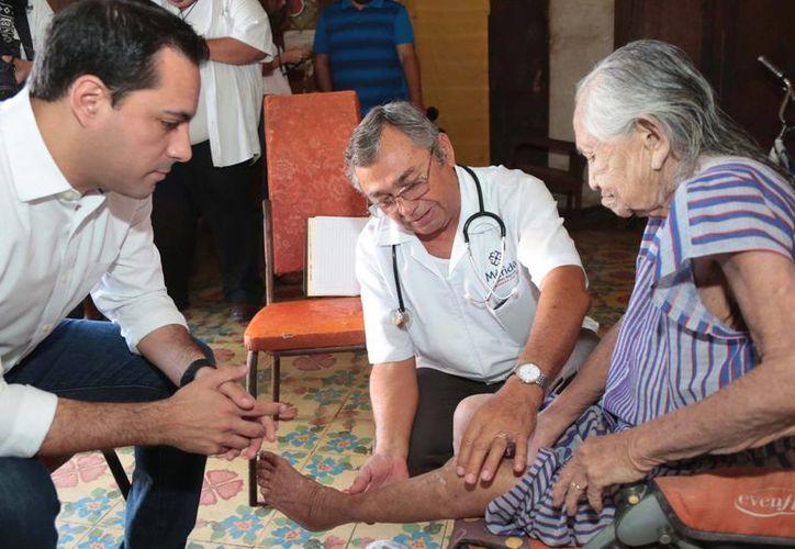 El alcalde Mauricio Vila con la señora Maurialia Dzul Pérez, beneficiaria del nuevo programa 'Médico a domicilio'. (Foto cortesía del Ayuntamiento de Mérida)