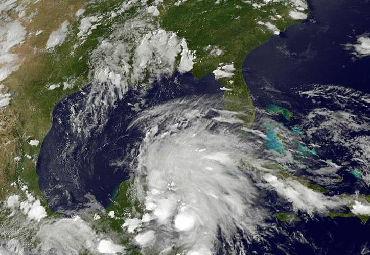 La zona de baja presión que tiene potencial de ciclón cubrió ayer toda la Península de Yucatán. Para este domingo, se pronostican lluvias intensas. (Conagua)