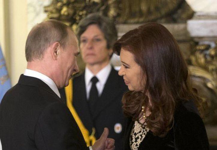 Vladimir Putin se da la mano con Cristina Fernández, en el Palacio de Gobierno durante su visita de un día en Buenos Aires, Argentina. (Agencias)