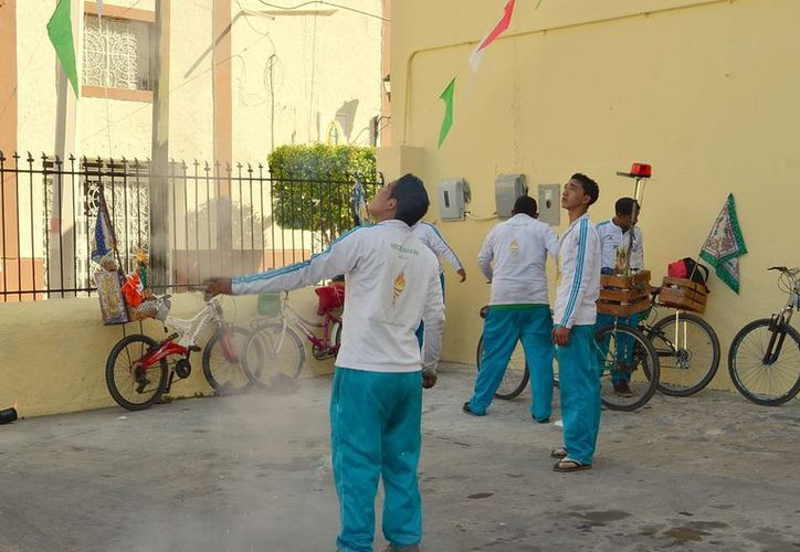 El humo de la pirotecnia asociado a los festejos guadalupanos no dejó ver la lluvia de estrellas. (Theani Ruz/SIPSE)