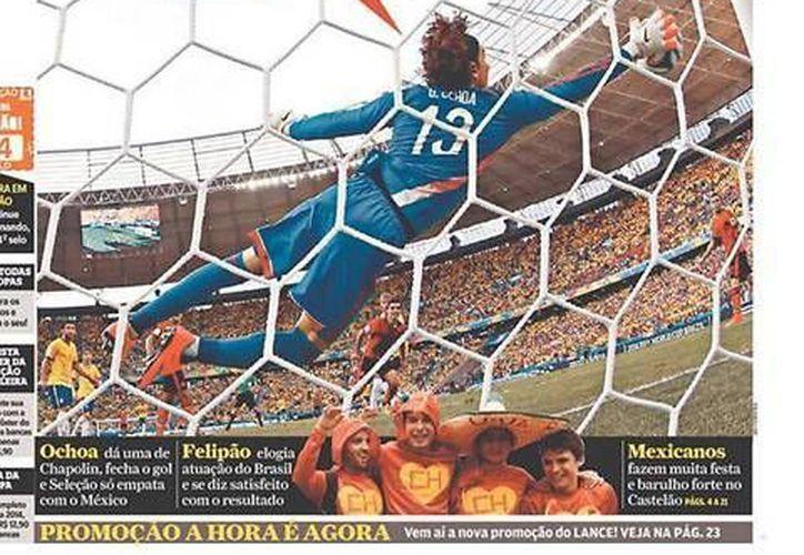 En apenas el segundo partido mundialista de su carrera como titular, Ochoa dio una magistral actuación ante Brasil. (Fotos: record.com.mx)