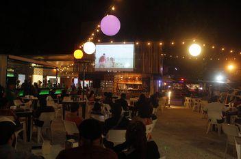 Disfrutan cine al aire libre