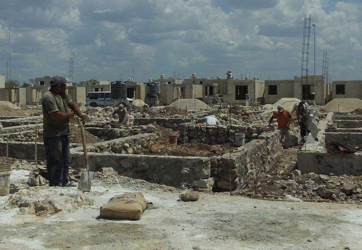 """El sector de la construcción, incluso los albañiles, están preocupados porque el incremento en el precio de los insumos también """"pega"""" en la mano de obra. (Milenio Novedades)"""
