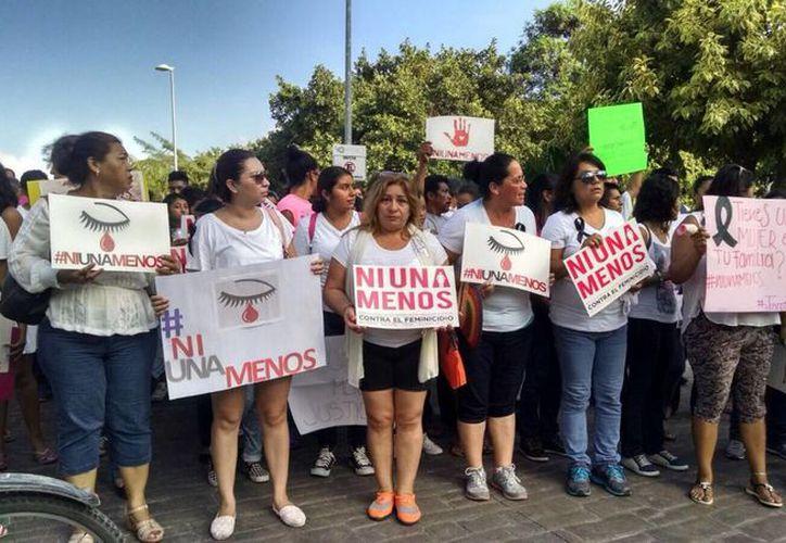 Con pancartas en mano, los asistentes recorren la avenida Bonampak. (Redacción/SIPSE)