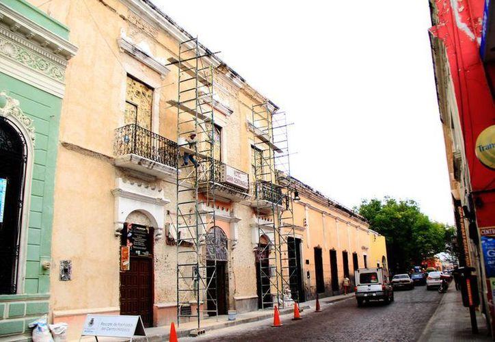Las modificaciones de las  fachadas las realizan un equipo de 60 albañiles y cuatro supervisores. En la foto trabajos realizados en la casa de la calle 55 por 62 en el centro de Mérida. (Milenio Novedades)