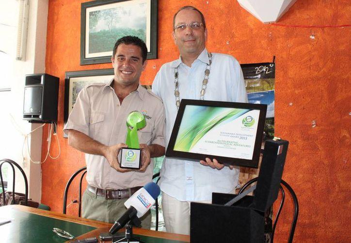 Pierre André Ruegg entregó el trofeo a Carlos Marín Morales. (Adrián Barreto/SIPSE)