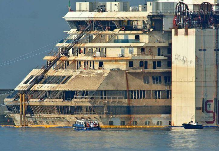 Operaciones de búsqueda para encontrar el cuerpo del camarero indio del Costa Concordia, Russell Rebello, entre los restos del crucero tras su reflotamiento y atraque en Génova, Italia. (Archivo/EFE)