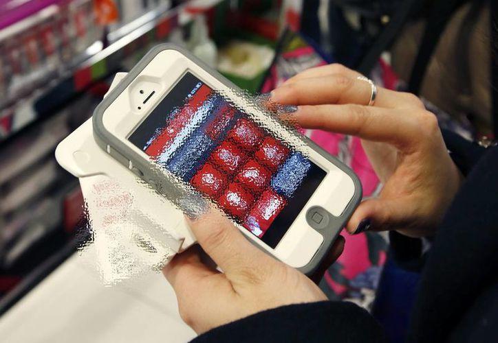 Para saber si ya se ha depositado la pensión alimenticia ahora solo se necesitará contar con la 'app' SiafApp, en el teléfono celular. (Archivo/ AP)