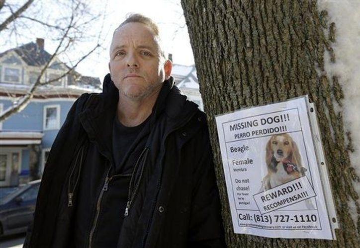 Dennis Lehane dedica al igual que su esposa varias horas al día en la búsqueda de su perrita. (Agencias)