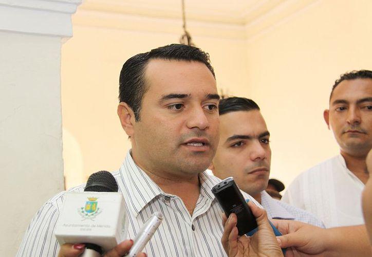 El alcalde Renán Barrera anunció que, a principios de 2013 empezará un programa permanente de cambio de luminarias. (Cortesía)