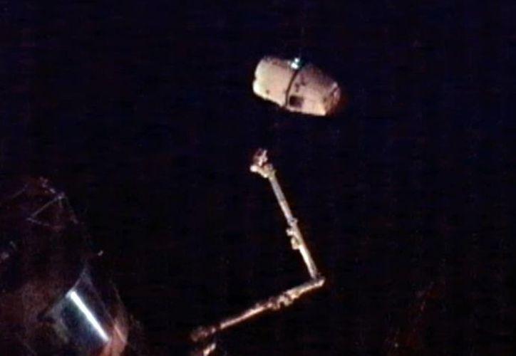 Horas antes, los astronautas soltaron la cápsula no tripulada del brazo mecánico de la estación. (Agencias)
