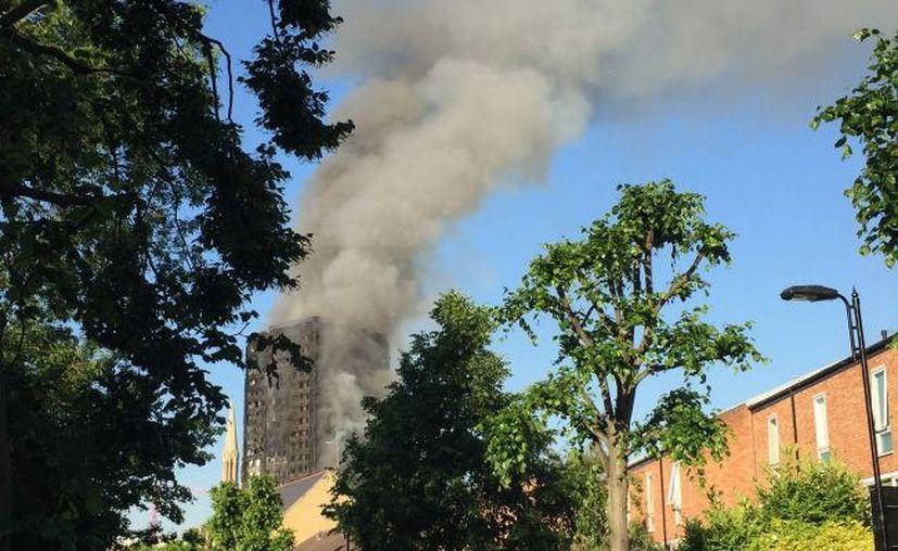 Las autoridades informaron que el número de víctimas fatales tras el incendio en un edificio en Londres, podría aumentar. (Notimex)