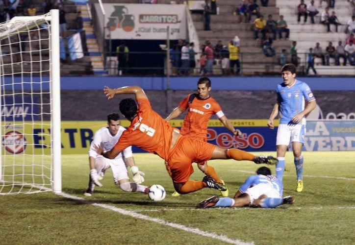 En las porterías siempre estuvo presente el peligro de gol. (Christian Ayala/SIPSE)