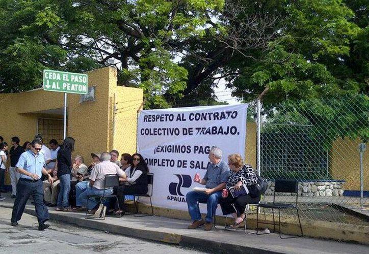En la puerta de la Facultad de Contaduría y Administración maestros se encuentran en paro expresando su descontento por el caso. (@dianachasez23)