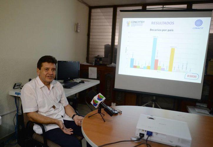 El titular de la dependencia del Gobierno del Estado, Tomás González Estrada, explicó los beneficios que tendrán los becados. (Luis Pérez/SIPSE)