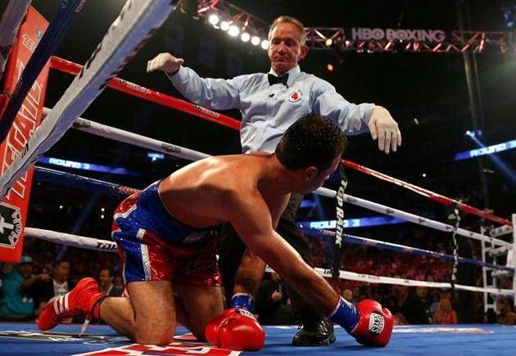 Tras un gancho de izquierda, Cotto mandó a la lona a Delvin Rodríguez (foto) en el tercer round. (mx.deportes.yahoo.com)