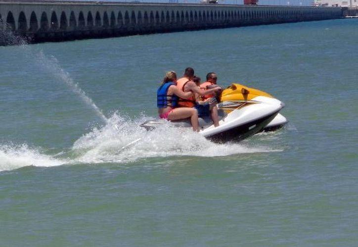 Una minoría de turistas del Crucero Carnival Elation.se quedó en el mar. (SIPSE)