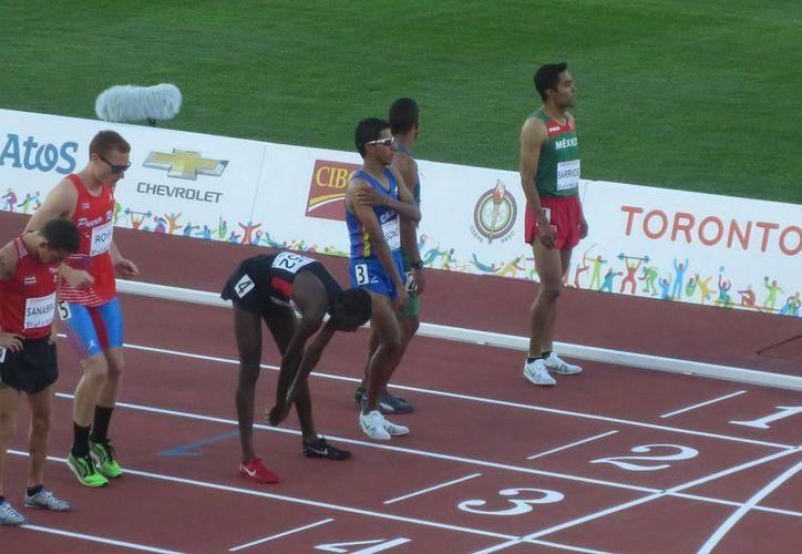 El mexicano Juan Luis Barrios (d) ganó medalla de bronce en la carrera de 10 mil metros planos en los Juegos Panamericanos. (Notimex)