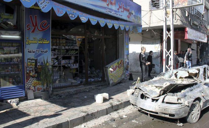 Vista del escenario de un ataque con coche bomba en Yarmana, en Damasco, Siria. (EFE)