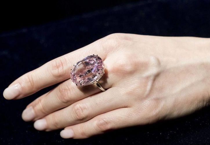 El Pink Star es un óvalo resplandeciente extraído de un diamante en bruto de 132,5 quilates descubierto por el grupo especializado De Beers en África en 1999. (El País)