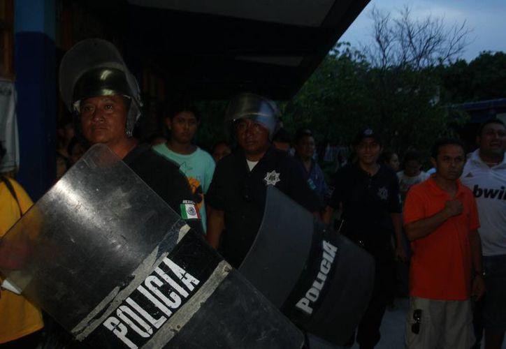 Un grupo de personas se negaban a abandonar las instalaciones de la escuela en donde se realizaba el conteo. (Rossy López/SIPSE)