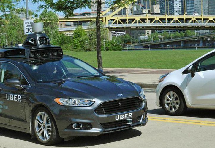 El coche Uber ATC viene equipado con una variedad de sensores que incluye radares, escáneres láser y cámaras de alta resolución para trazar un mapa detalles del entorno. (AP)