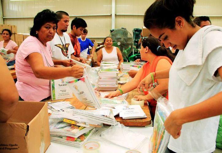 La Sedesol estatal se apura en la tarea de empaquetar los útiles escolares para tenerlos a tiempo el primer día de clases. (Milenio Novedades)