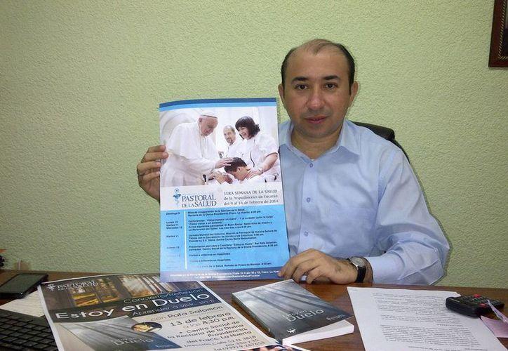 El Pbro. Alejandro Alvarez presentó el programa de la semana de la salud. (Milenio Novedades)