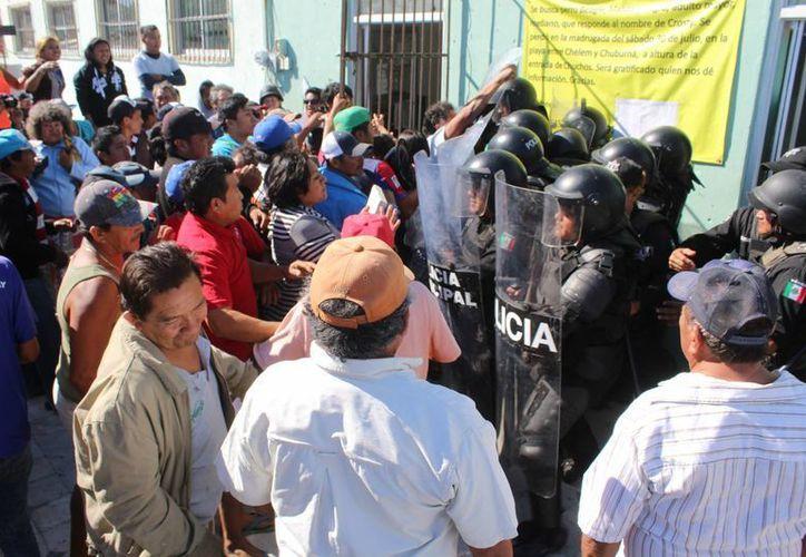 Ciudadanos atacaron las instalaciones de la comisaría municipal de Chelem y lanzaron objetos al síndico municipal de Progreso, Enrique Ordaz. (SIPSE)