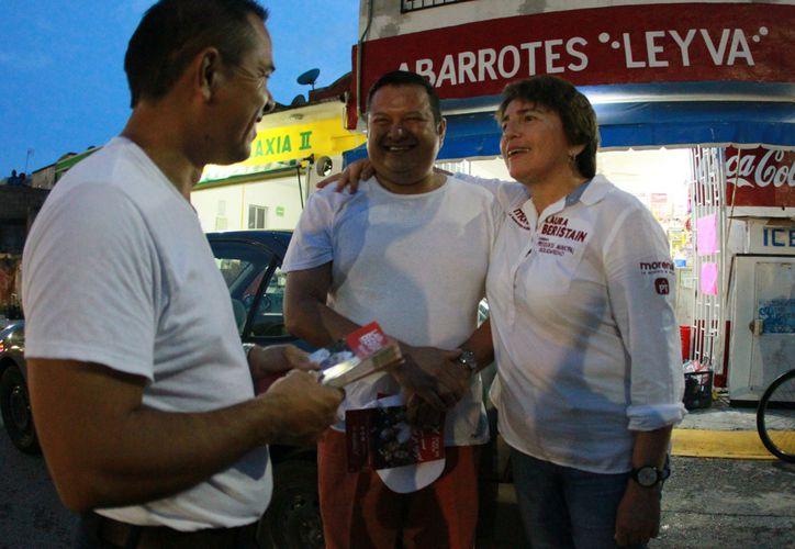 La candidata Laura Beristain camina calle por calle del municipio para escuchar las necesidades de la gente. (Foto: Redacción)