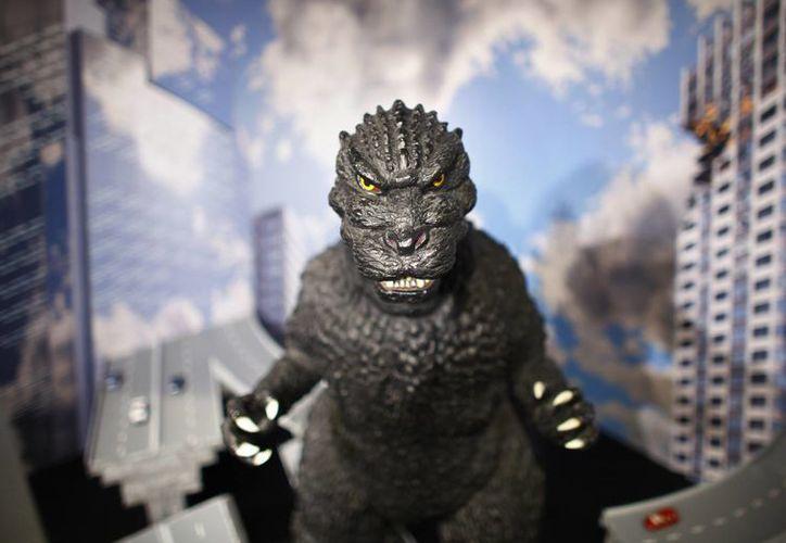 El filme producido en Hollywood, titulado simplemente 'Godzilla', mantiene la esencia de la cinta original, pero... (AP)
