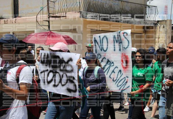 Cerca de 100 estudiantes salieron a las calles del Estado para protestar por la falta de seguridad que se da en algunos planteles. (Jorge Pallota/SIPSE)