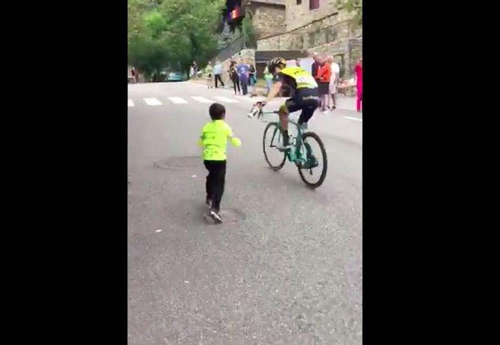 El ciclista George Bennett le regaló su cantimplora a un niño que lo animaba durante la Vuelta a España. (Twitter)