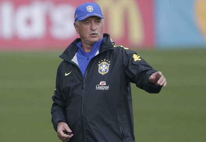 El técnico de Brasil, Luiz Felipe Scolari, dirige un entrenamiento el lunes 9 de junio de 2014, en Teresópolis, Brasil. (AP Photo/Andre Penner)
