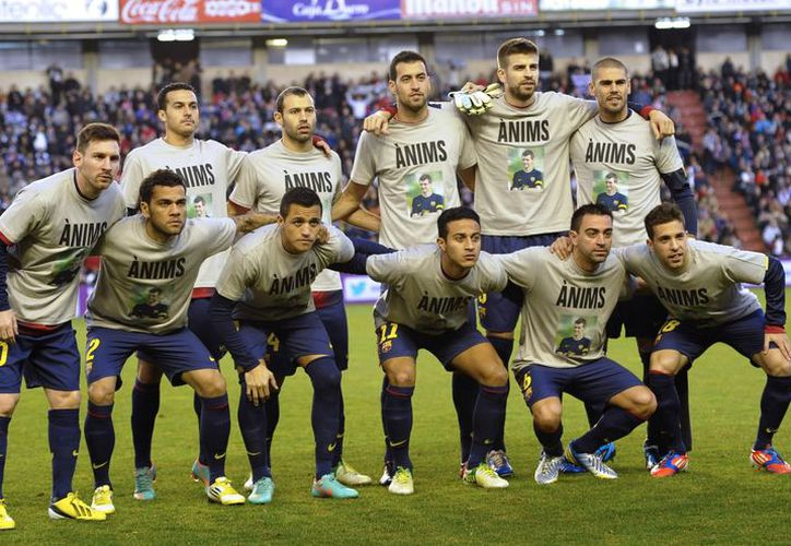 Jugadores del Barcelona visten playeras con un mensaje de apoyo a Vilanova, previo a su partido de liga contra el Valladolid. (Agencias)