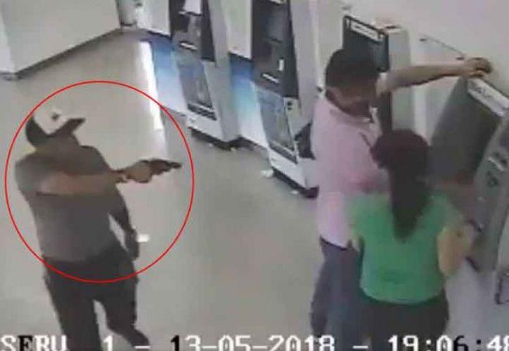 En el video se observa como otro sujeto, también armado, entró para quitar el efectivo y un teléfono celular al agraviado. (Foto: Excélsior).